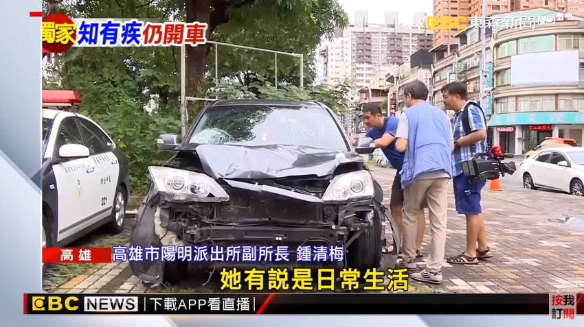 高雄市一名45歲詹姓女駕駛開車衝撞17輛汽機車,造成1死12傷,她自稱是癲癇發作。(圖/東森新聞)