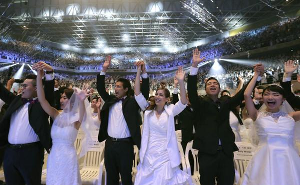 ▲逾2000對對來自不同國家的「統一教」男女信,以「集體盲婚」的方式當場結為夫妻。(圖/達志影像/美聯社)