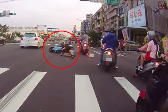 ▲一位機車騎士似乎想要華麗的「翹孤輪」,往前衝不到100公尺,悲劇就發生了。(圖/翻攝自台灣新聞記者聯盟資訊平台臉書)