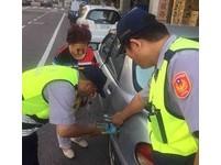 民眾車輛故障「顧路」 員警熱心協助排除