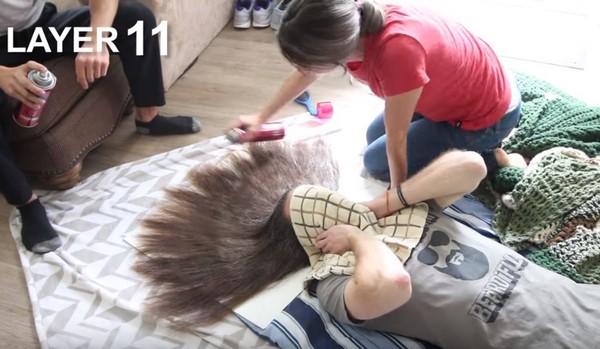 ▲嚇趴!狂人挑戰噴100層髮膠 結果令人大吃一驚(圖/翻攝自YouTube/Jurgys)