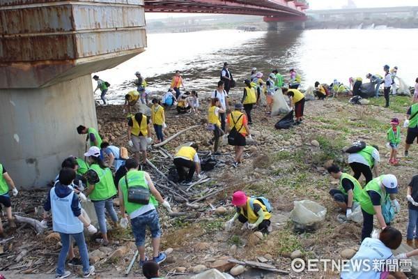 ▲響應國際淨灘日,桃園竹圍漁港單日清理出1582公斤垃圾。(圖/環保局提供)