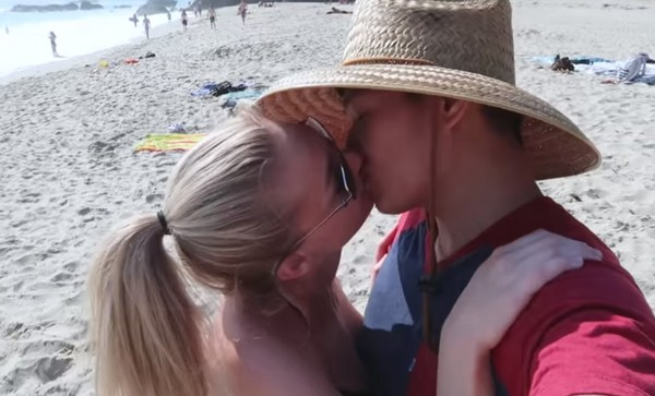 ▲加拿大遊戲實況主凡娜塔(Lisa Vannatta,STPeach)與男友Jay甜蜜蜜。(圖/翻攝自Lisa Vannatta Instagram、Youtube)