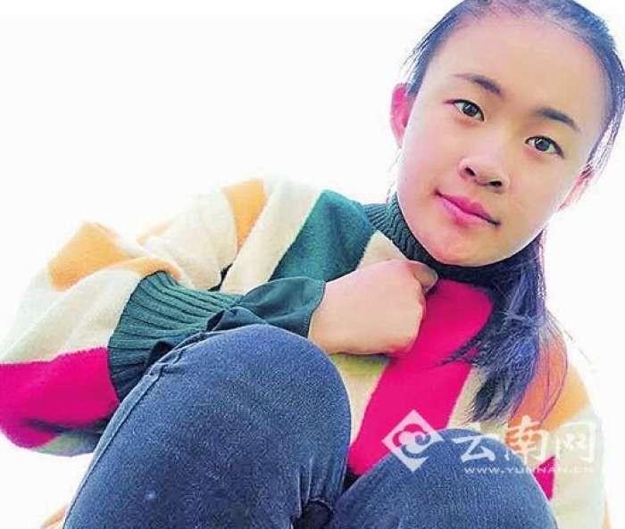 雲南省清寒女大生張有琴新生入學當天,騎車不小心刮到一輛凌志轎車,她在現場等1個多小時,親自向車主道歉;沒想到,她不用賠償,未來4年的學費還獲得贊助。(圖/翻攝《雲南網》)