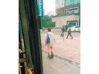 帥哥飄過去...「出行神器」現長沙街頭