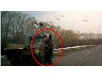 俄羅斯爺爺對撞疾駛貨車還撞贏了 這就是戰鬥民族!