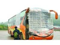 「最牛巴士」沒擋風玻璃 竹竿+塑膠膜照上高速公路