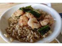 在地人午餐!台南吸滿湯汁的「蝦仁飯」 配上鴨蛋、香腸