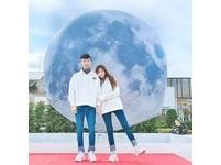 板橋天空出現特大號「迷幻系月球」 周末定時垂下地面