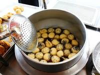 飄香18年!台南無名炸物點心小攤子 10元紅豆芝麻球