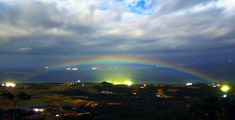 沖繩石垣島出現罕見的月虹