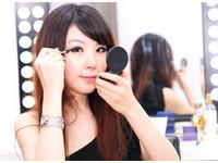 2013年新娘妝流行什麼?專家:細長眼線搭赫本式粗眉