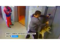狗差一秒險勒斃 機警男電梯外出手救命