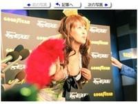 「蠟筆小新」女神岡本夏生拚翻身 露老奶秀胸罩嚇壞人
