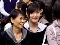周美青帶女兒投票 唯中剪短髮、元中緊勾媽