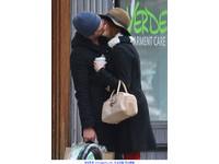 《蜘蛛人》男女主角玩真的 安德魯與艾瑪當街擁吻被拍