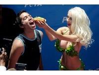 寇特妮穿著三點式生菜比基尼和男觀眾大玩餵食秀。(圖/達志影像)