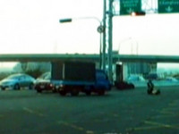 最強交警! 小貨車迎頭撞 員警彈飛翻滾自行站起