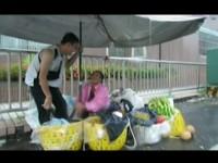 不忍阿嬤颱風天賣水果 成大林尚儒抓傘陪站2小時