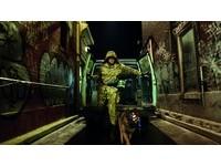 《特攻聯盟2》金凱瑞變裝技巧一流 帶狼犬咬蛋蛋