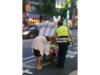 街頭正義/助駝背翁推資源回收車 北市警簡世裕被讚爆