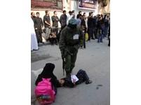 持AK-47步槍將女童踩腳下 以色列軍人照網路瘋傳
