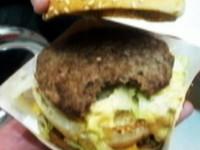 買大麥克驚見「缺角漢堡」 麥當勞:員工夾破肉不忍丟