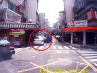 巷內離奇車禍 BMW疑暴衝險撞進民宅