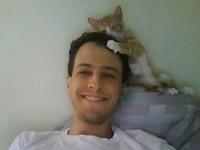 小貓幫主人梳理頭髮 嬌羞模樣超可愛!