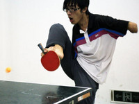 大陸無手「勵志哥」 靠腳寫字、打乒乓球