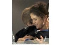 小賈斯汀看球賽 伸「龍抓手」襲胸女友席琳娜