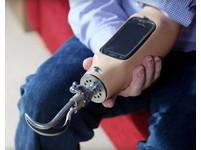 獨臂男義肢內建手機 正宗行動電話!