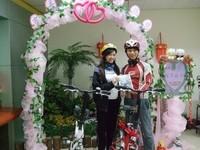 和女友騎車遊星馬泰 竹科工程師帶百人祝福完婚