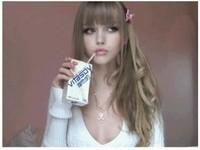 網友瘋傳「美版奶茶妹」 手拿維他奶超像充氣娃娃