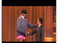 NBA/電動打輸、願賭服輸 歐肥穿粉紅比基尼上節目!