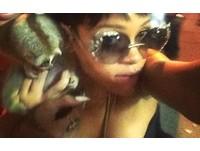 美版「猴抓妹」 蕾哈娜在普吉島抱懶猴惹爭議