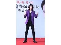 佯裝歌迷討簽名 蕭敬騰一上保母車就被潑糞尿!