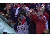 MLB/同是球迷干擾界外球 紅襪和03年小熊天差地遠