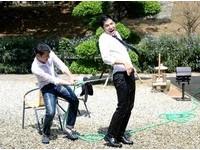 宥勝樂玩「男男噴水」濕身秀 可憐李運慶慘得感冒