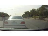遭貨車逼近急煞 後方BMW男超車竟嗆:怕死就不要出門