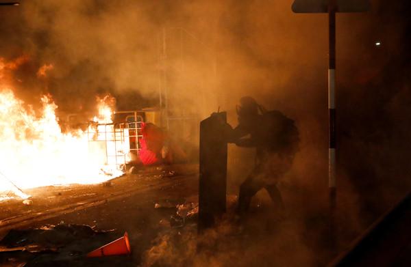 中大黑暗夜「港警拘142人」射1567枚催淚彈:校園非無法可依地方