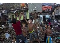 震撼! 殘木塌屋放一邊 菲律賓孩童廢墟裡打籃球