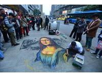 重慶獨腿男街頭畫《蒙娜麗莎》 超逼真3D感更勝美術生