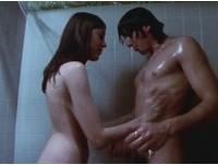 席維斯史特龍(Sylvester Stallone)在片中與女演員交歡的劇照。(圖/新浪娛樂)