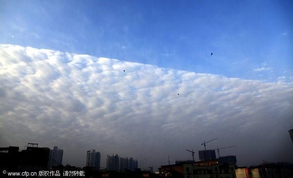 奇景!透光高积云搞怪 四川出现「阴阳天」 | ET