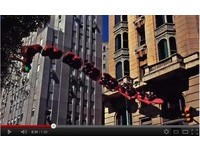 雲霄飛車奔馳市區街道 繞建築物引尖叫