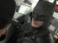 蝙蝠俠現身街頭耍威風 渾身是膽卻打不開巧克力