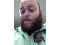 佛州男收養鼯鼠寶寶「小餅乾」 大眼萌樣連狗狗也疼