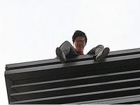 驚!男子闖入新光三越A9頂樓 雙腳懸空欲輕生