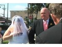 「奶機新娘」顧回簡訊 不甩牧師致詞